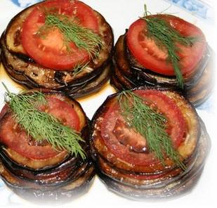 Закуска из баклажанов с помидорами незаменима на праздничном столе.