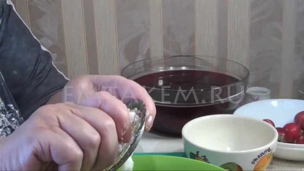 Измельчаем яйца для свекольника